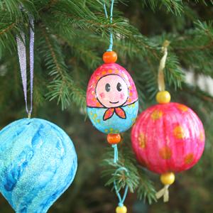 Un tutoriel simple et économique pour fabriquer une décoration de sapin de Noël en forme de Matriochka, poupée russe