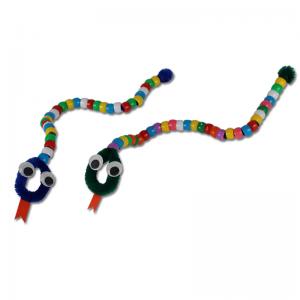 Activité de bricolage pour réaliser des serpents en perles