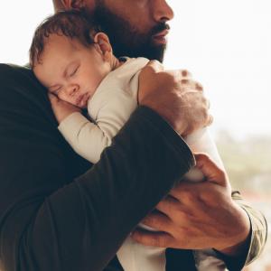 Ca y est, l'annonce vous a été faite, vous ne ressentez aucune complication hormonale, mais vous aussi vous allez avoir un bébé et devenir père. Devenir père de son béb