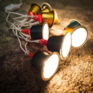tuto pour bricoler avec les enfants une guirlande de Noël avec des capsules de café