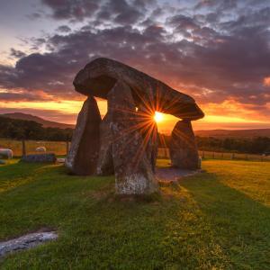 dolmen - mot du glossaire Tête à modeler. Définition et activités associées au mot dolmen.