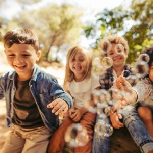 enfant - mot du glossaire Tête à modeler. Définition et activités associées au mot enfant.