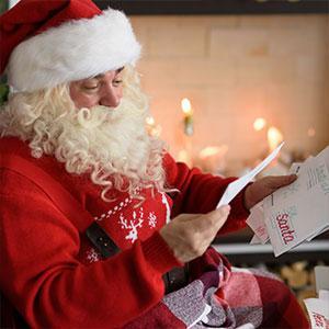 """Votre enfant vous pose cette question :""""est-ce que le Père Noël répond à toutes les lettres de Noël ?"""". Vous allez pouvoir le rassurer ! Le Père Noël donne une réponse à toutes les lettres qu'il reçoit. Il faut juste penser à laisser une adresse de retour"""