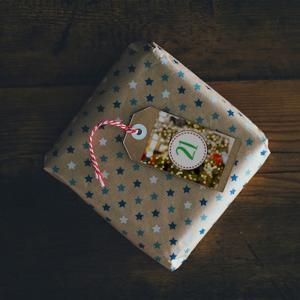 Créez un joli calendrier de l'avent personnalisé en imprimant ces étiquettes sur du papier épais. Il ne vous restera plus qu'à préparer des paquets avec des bonbons, des devinettes et des jeux afin de préparer le calendrier de l'avent personnalisé.