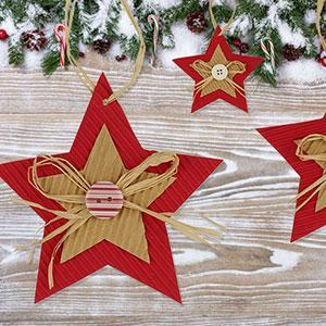 Un tuto pour fabriquer des étoiles de Noël en carton avec les enfants.