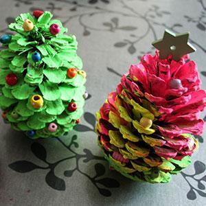 Un tutoriel pour décorer une pomme de sapin avec les plus petits. Une superbe idée pour la période de Noël
