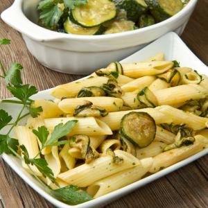 Recette de fetuccine dans leur sauce d'asperges et de courgettes. Une recette de pâtes accompagnée de ses légumes. Recette illustrée pas à pas