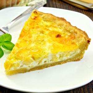 Le flan de poireaux est une recette rapide et simple à faire. Sans pâte, le flan de poireau est plus digest et plus léger que la tarte aux poireaux. Le flan de poireaux demande peu de préparation et sa cuisson se fait toute seule au four.