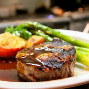 Cuisson toute simple du rôti de boeuf. Le rôti est simplement cuit et servi dans son jus de cuisson.  Recette illustrée