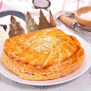 Galette des rois à la pomme : la délicieuse recette pour fêter l'Epiphanie ! Profiter d'un moment familial en préparant une galette des rois à la frangipane, vous pourrez la déguster en famille en essayant de deviner qui tombera sur la fève.