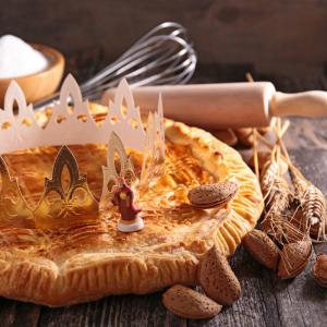 Galette des rois : la recette illustrée. Une délicieuse recette de galette des rois afin de fêter l'Epiphanie. Cette recette est illustrée afin de faciliter l'activité avec les enfants.