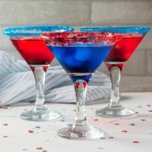 Découvrez comment faire des cocktails du 14 juillet pour les enfants. Une recette rapide pour la Fête nationale qui plaira à toute la famille. Découvrez vite les étapes de la recette.