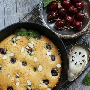 Le Gâteau à la crème et aux cerises est un gâteau traditionnel Une recette de gâteau à la crème à faire pendant la saison des cerises !
