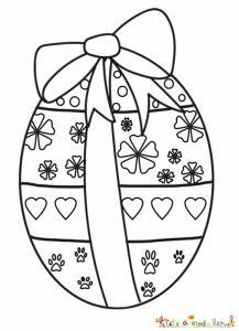 Oeuf décoré de fleurs, coeur et traces de lapin