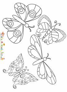 Jolis papillons s'envolent dans le ciel