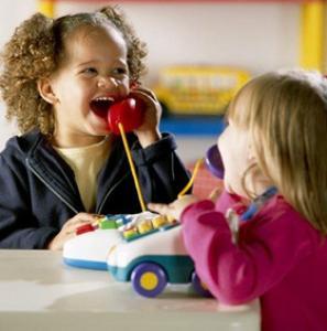 Les jeux d'imitation sont tous les jouets et jeux qui permettent aux enfants de jouer aux grands, ils permettent d'imiter papa, maman, le boulanger, le médecin ... Entre 2 et 4 ans, les enfants ont envie et besoin de jouer au jeux d'imitation.