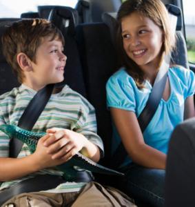 Tous les parents le savent, passée la première demi heure (et encore !) les enfants commencent à s'ennuyer en voiture. Au mieux ils râlent en demandant toutes les 10 secondes « maman quand est-ce qu