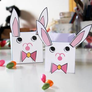 Collage d'un lapin en boite de Pâques