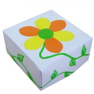 Boite carrée décorée d'une fleur