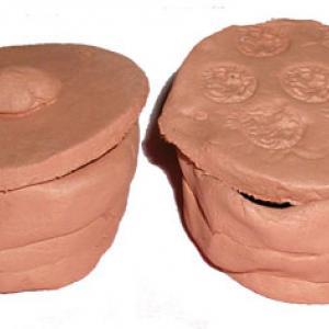 Modelage d'une poterie préhistorique