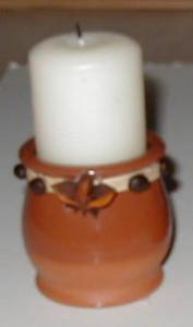 Photophore de Noël rustique à réaliser avec une grosse bougie, des épices et un pot en grès. Un photophore pour une décoration nature.