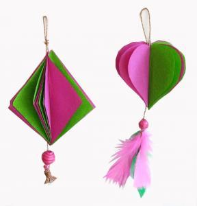 boules de Noël en papier roses et vertes
