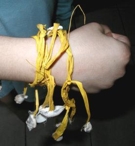 Bracelet africain en raphia et coquillages