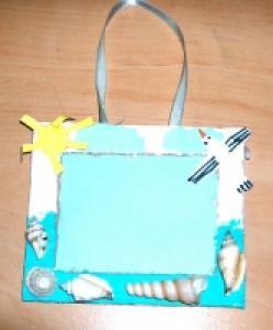 Petit cadre coquillages pour les souvenirs de vacances de l'enfant