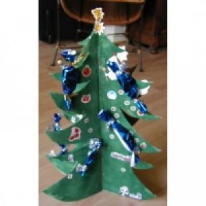 Une idée de calendrier de Noël en forme de gros sapin en 3D. Mettez votre enfant à contribution pour fabriquer le sapin de Noël qui servira de base au calendrier. Il s'agit d'un calendrier de Noël original sur lequel vous pourrez coller les petites s