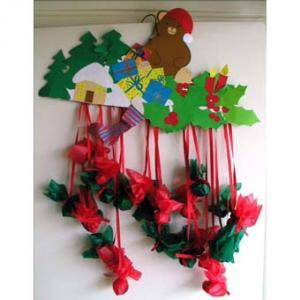 Calendrier de NoÎl décoré d'un ours. Les sachets remplis de cadeaux ou de friandises aideront les enfants à attendre NoÎl