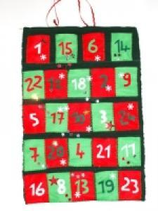 Bricolage d'un calendrier de l'Avent pour aider les enfants à patienter avant Noël. Le calendrier est réalisé avec un set de table et de la feutrine. Il peut être préparé avec les e