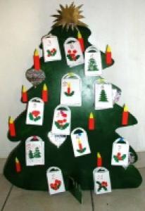 Bricolage pour réaliser un calendrier de l'avent en forme de gros sapin pour attendre le jour de Noël. Le calendrier sapin permet d'offrir chaque jour un petit cadeau aux enfants impatients de voir le Père Noël. Bri
