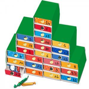 Un calendrier de l'Avent facile à faire avec des boites d'allumettes collées les unes aux autres en forme de gros sapin. Les boites d'allumettes sont simplement recouvertes de papier vert et les faces avant des tiroirs sont coloriés.