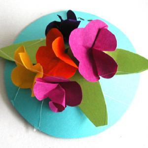 Capeau de papier décoré de fleurs