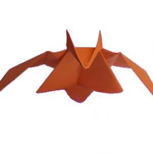 Pliage d'une chauve souris en papier, activité origami. Cette chauve souris peut être une idée de bricolage pour halloween. Le pliage de cette chauve souris en papier ne nécéssite aucune pré