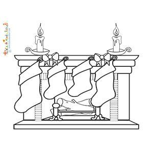 Quatre bottes de Noël devant la cheminée