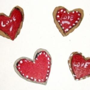 Fabriquer des petits coeurs en carton pour la décoration