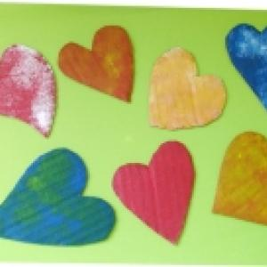 Coeurs peints en carton