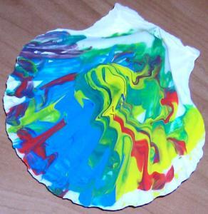 coquille peinte pouvant être offerte en cadeau par l'enfant