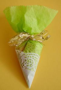 Cornet à bonbons décoré d'un napperon en dentelle