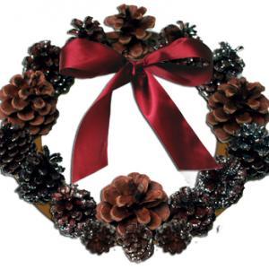 Couronne de Noël en pommes de pin collés