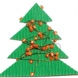 Explications pour fabriquer un sapin en carton ondulé décoré de perles