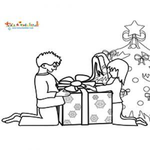 Deux enfants ouvrant les cadeaux de Noël