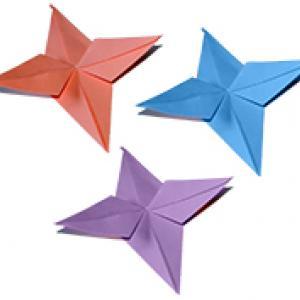 Une étoile en origami à quatre branches simples. Voici un pliage origami qui vous permettra de réaliser des étoiles à quatre branches de formes simples. Ces étoiles origami pourront être utilisées pour les réaliser d'autres bricolages ou des éto