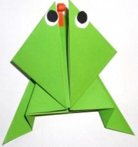 pliage d'origami d'une grenouille sauteuse