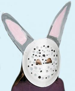Masque de lapin réalisé avec une assiette en carton