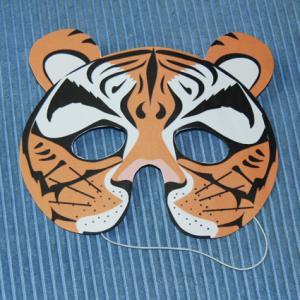 Bricolage pour réaliser un masque de tigre. Le masque est réalisé en papier épais type canson ou en papier collé sur du carton fin d'emballage. Le modèle peut être imprim&eacu