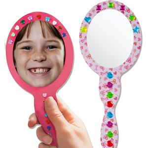 Les princesses aiment se regarder dans un beau miroir, en voici un à réaliser soi-même. Le miroir est réalisé en décorant le miroir avec du Magic Paper et des strass cabochons collés.