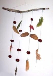 Fabriquer un mobile de feuilles et de fruits automne avec les enfants
