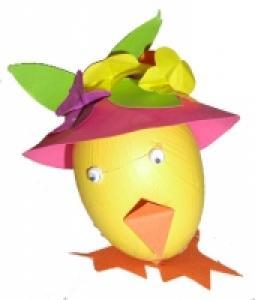 Explications pour réaliser un poussin avec un oeuf et protant un chapeau à fleurs